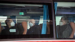 أعضاء فريق منظمة الصحة العالمية يستقلون حافلة لمدينة ووهان، الصين.