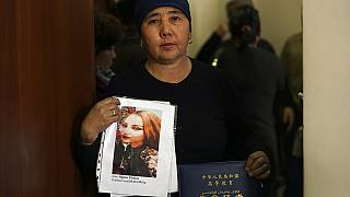 Egy kazah származású családból hszincsiangi kényszermunkára hurcolt lány képét mutatja anyja