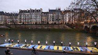 """Nas margens do Sena, um recado para os juízes do Tribunal Administrativo de Paris em forma de cartaz:""""somos 2,3 milhões"""""""