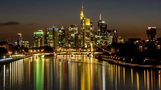 أضواء مباني البنوك في نهر الماين في فرانكفورت بألمانيا.