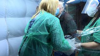 Aufblasbarer Kuschelraum: Berührung durch Plastik