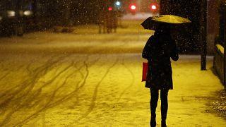 Un mujer camina por una calle de Estrasburgo, Francia 14/1/ 2021