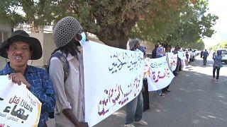 شاهد سودانيون يحتجون للمطالبة بإغلاق مراكز الاحتجاز غير القانونية