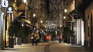 شوارع شبه خالية من المارة بعد تطبيق نظام حظر التجول في فرنسا