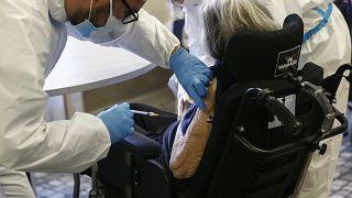 El programa de vacunación de Italia también avanza más rápido de lo previsto en el calendario original, y las personas mayores ya están empezando a recibir su primera dosis.