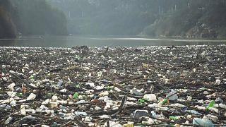El vertedero flotante de basura tiene el tamaño de un campo de fútbol. Río Iskar, Bulgaria.