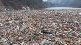 Der riesige Müllteppich auf dem Fluss Iskar nahe Sofia ist nur schwer zu beseitigen