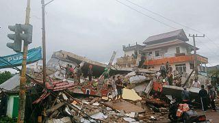 مواطنون يتفقدون الأبنية في ماموجو