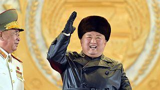 Líder da Coreia do Norte satisfeito durante desfile militar