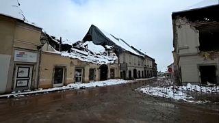 Már a hó is belepte a földrengés sújtotta házak romjait.