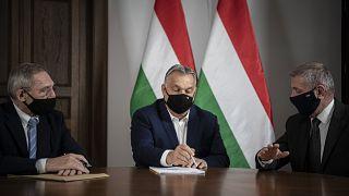 Orbán Viktor miniszterelnök (k) Pintér Sándor belügyminiszterrel (b) és Benkő Tibor honvédelmi miniszterrel egyeztet a Karmelita kolostorban