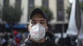 Un joven durante una protesta en el décimo aniversario del levantamiento que derrocó al autócrata Ben Ali en Túnez, el14 de enero de 2021.