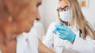 هشدار نروژ نسبت به واکسیناسیون افراد بسیار مسن و شکننده