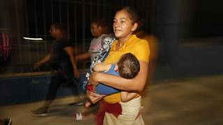 آغاز سفر مرگ یکی از مهاجران هندوراسی با فرزندش