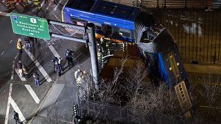 حافلة تنحرف عن طريقها في حي برونكس في نيويورك. 2021/01/15
