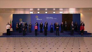 Antonio Costa y Ursula von der Leyen posan junto a funcionarios europeos