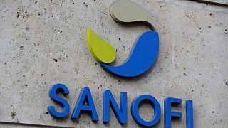 شعار شركة الأدوية الفرنسية سانوفي في مقر الشركة بباريس.