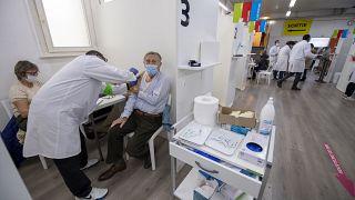 Idős házaspárt oltanak be az új koronavírus elleni védőoltással Genfben 2021. január 6-án