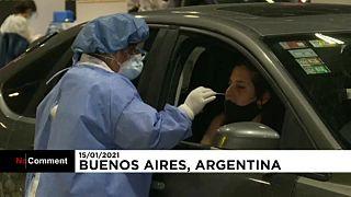 """In Buenos Aires werden Autofahrer in einer """"Drive-Through""""-Station auf Corona getestet"""