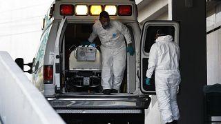 نقل مريض  من سيارة إسعاف إلى مركز لعلاج  كورونا في مستشفى -  مكسيكو سيتي