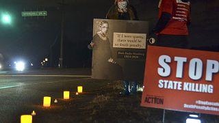 Dustin Higgs'in idamı öncesinde eylem yapan idam karşıtı aktivistler