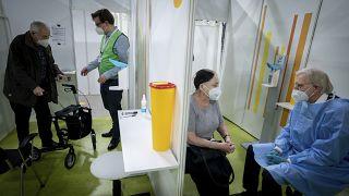 Almanya'da aşı olmadan önce bilgi alan hastalar