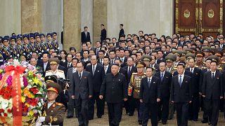 الزعيم الكوري الشمالي كيم جونغ أون مع أعضاء هيئة القيادة المركزية للحزب