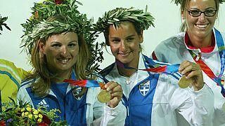 Απονομή χρυσού μεταλλίου στην Αιμιλία Τσουλφά (Α) και Σοφία Μπεκατώρου (Κ), για την νίκη τους στα 470, το Σάββατο 21 Αυγούστου 2004, στον Άγιο Κοσμά