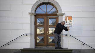 İsviçre'de bir oy kullanma merkezi önündeki tabela