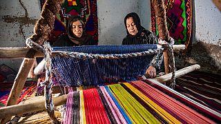 Las hermanas sirias que tejen alfombras mágicas con un telar heredado de sus ancestros