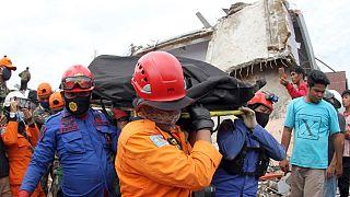 Equipas de busca retiram dos escombros mais uma vítima do sismo na Indonésia