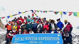L'équipe népalaise pose après avoir gravi le K2, le 16 janvier 2021, Pakistan