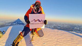 Sona Sherpa posa para a primeira foto do topo de K2 em pleno inverno