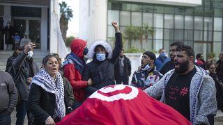 تونسيون يحتجون في الذكر العاشرة للثورة في العاثمة تونس. 2021/01/14
