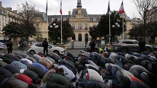 مسلمون يصلّون في الشارع في باريس (أرشيف)