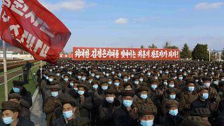 جنود من كوريا الشمالية يرتدون الكمامات