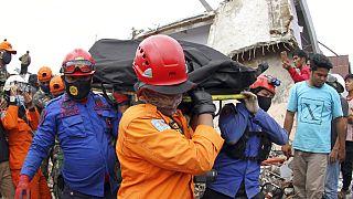 Endonezya'da yaşanan 6.2 büyüklüğündeki depremde can kaybı 77'ye yükseldi.