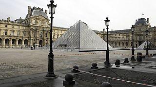 ساحة متحف اللوفر في باريس