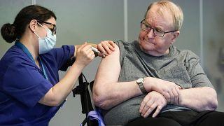 سفين أندرسن، الأول في النرويج الذي تلقى لقاح فيروس كورونا في العاصمة أوسلو ، الأحد 27 ديسمبر-كانون الأول 2020