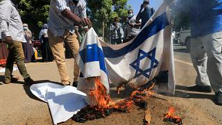 متظاهرون سودانيون يحرقون العلم الإسرائيلي