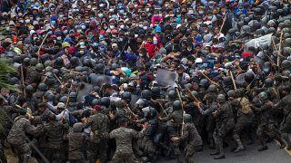 تصاویری از انبوه مهاجران هندوراسی در گواتمالا؛ پلیس راه را سد کرده است