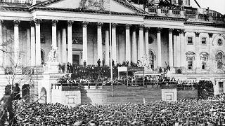 Abraham Lincoln de pie en el centro de la escalera del Capitolio durante su investidura