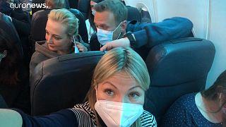 Euronews correspondent Galina Polonskaya (front), Yulia Navalnaya (L) and Alexei Navalny (R)