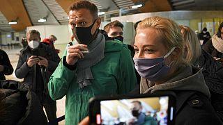 Applaus, Schokolade und Flugumleitungen - an Bord mit Nawalny