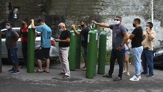 عائلات المرضى بكوفيد-19 المتواجدين في المستشفى يحاولون ملء خزانات الأكسجين الفارغة في ماناوس- البرازيل.