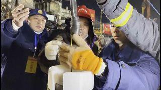 Momento en el que los equipos de rescate recuperan el mensaje manuscrito de los mineros