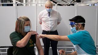 رئيس الوزراء البريطاني يتابع عملية تلقيح ضد كورونا