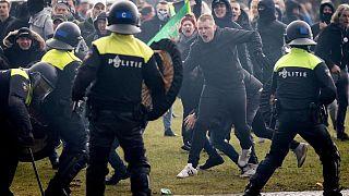 Hollanda'da Covid-19 önlemlerine karşı çıkanlar polisle çatıştı