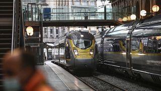 """قطار يوروستار يصل إلى محطة """"غار دي نور"""" في باريس. 2020/12/23"""