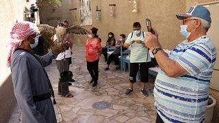 سواح في زيارة إلى منطقة الفهيدي التاريخية في دبي.
